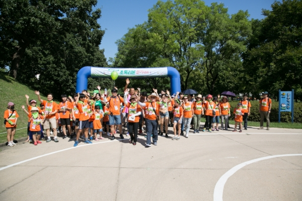 초록리본 걷기대회 참가자들이 출발선에서 걷기를 시작하는 모습