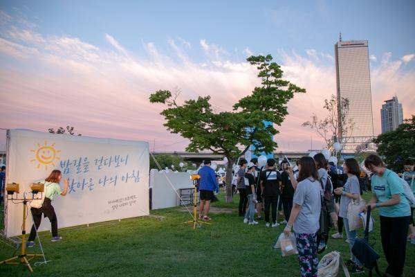 한국생명의전화와 EBS가 지난 7일 오후 7시 여의도 한강공원 계절광장에서 '2018 생명사랑밤길걷기 캠페인'을 공동으로 개최했다.