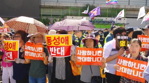 반 동성애 피켓을 든 인천예수축제 참가자들이다 ©기독일보 노형구 기자