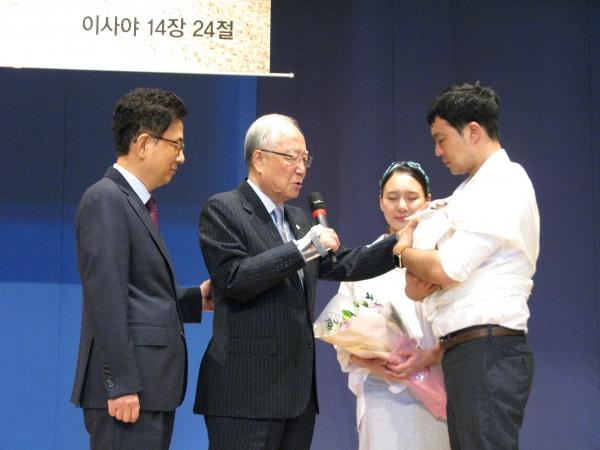 서울씨티교회 2018 총동원 주일예배 설교자로 초청 받은 박조준 목사(왼쪽에서 두 번째)가 갓 태어난 아이를 위해 축복기도를 해주고 있다.
