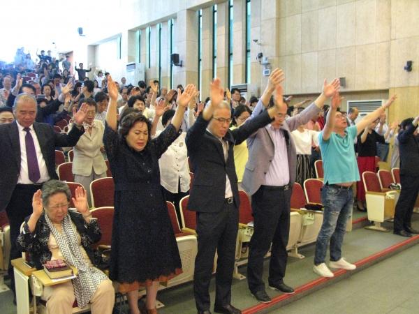 서울씨티교회 2018 총동원 주일예배에 참석한 성도들이 뜨겁게 기도하고 있다.