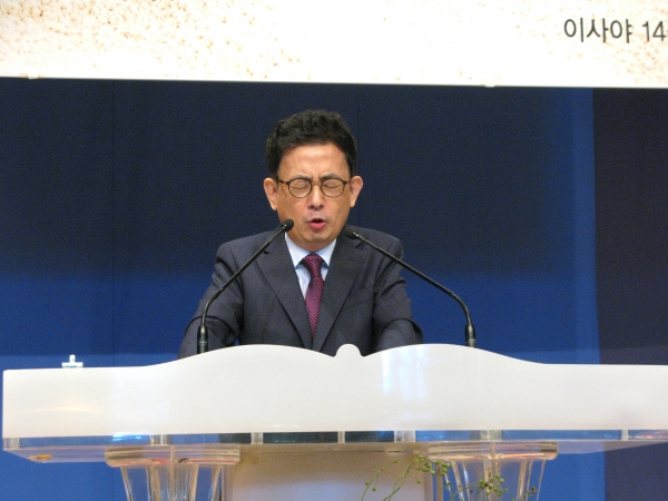 서울씨티교회 2018 총동원 주일예배에서 조희서 담임목사가 뜨겁게 기도 인도를 하고 있다.