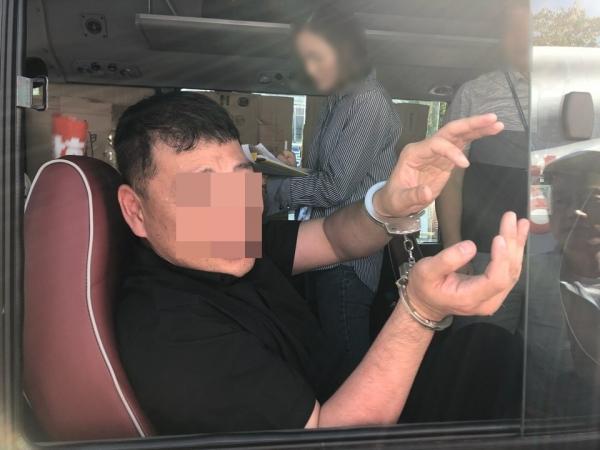 8일 인천에서 열린 퀴어축제에서 동성애 반대를 외치다 경찰에 수갑을 차고 연행되어 가는 목회자의 모습.