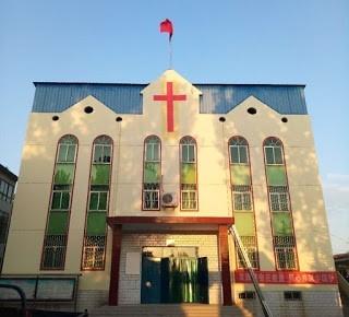 중국 국기를 게양하도록 강요 받은 허난성의 한 교회