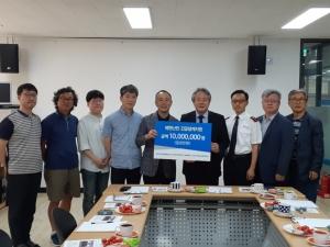 NCCK 총무 이홍정 목사가 제주난민지원센터에 후원금을 전달하고 있다.