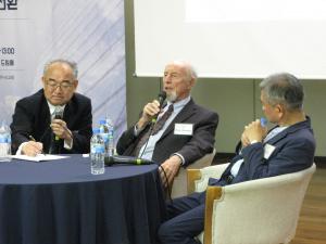 왼쪽부터 통역하고 있는 온누리교회 채수권 목사, '일터신학'을 주창하고 있는 폴 스티븐스 박사, 그 옆에서 그의 말을 듣고 있는 직장사역 전문가 방선기 목사.