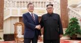 2018 평양 남북정상회담의 첫 날 문재인 대통령과 김정은 북한 국무위원장이 두 손을 맞잡았다.