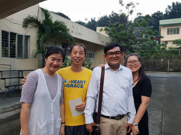 노란색 옷을 입은 이가 백영모 선교사이다.