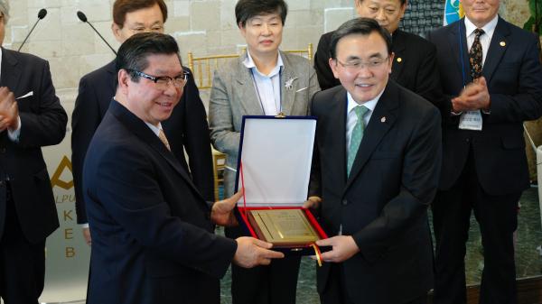 예장통합 총회장 림형석 목사(사진 오른쪽)가 한장총 대표회장 유중현 목사로부터 취임축하패를 받고 있다.