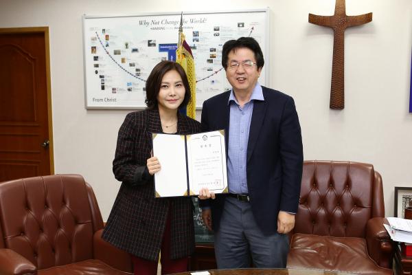(사진1)한동대 장순흥 총장이 지난 8일 총장실에서 추상미 감독(왼쪽)에게 홍보대사 위촉장을 수여했다