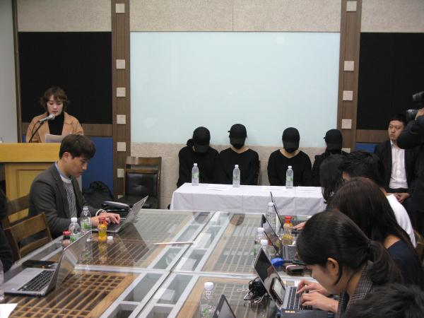 피해자들을 돕고 있는 정혜민 목사(브리지임팩트 청소년사역원, 사진 맨 왼쪽)가 발언하고 있다.