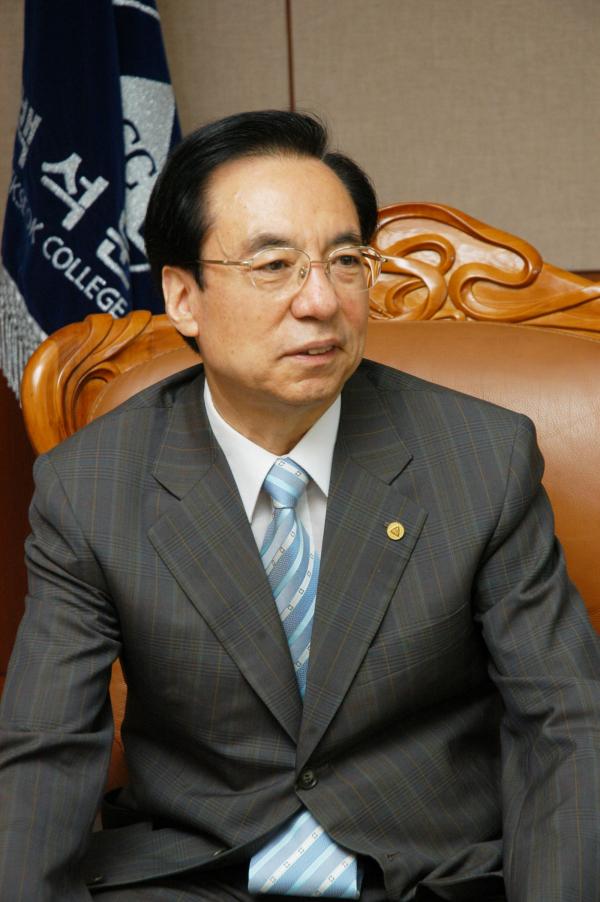 '원문번역 주석성경' 신구약 편을 발간한 고영민 박사.
