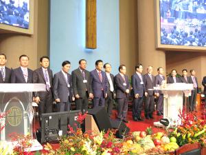 기하성 여의도순복음과 서대문 측이 통합 총회를 이루고 새롭게 구성된 임원진이 총대들 앞에서 인사를 하고 있다.