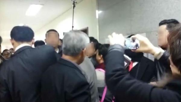 구리예배당에서 교회 측과 교개협 측 성도들의 충돌이 일어났다.