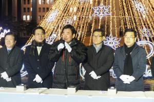 국회조찬기도회 성탄트리점등 후 회장 김진표 의원이 발언하고 있다.