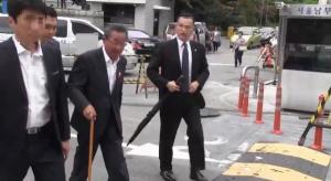 김기동 목사(가운데)가 피고인으로서 법원에 출두하고 있는 모습