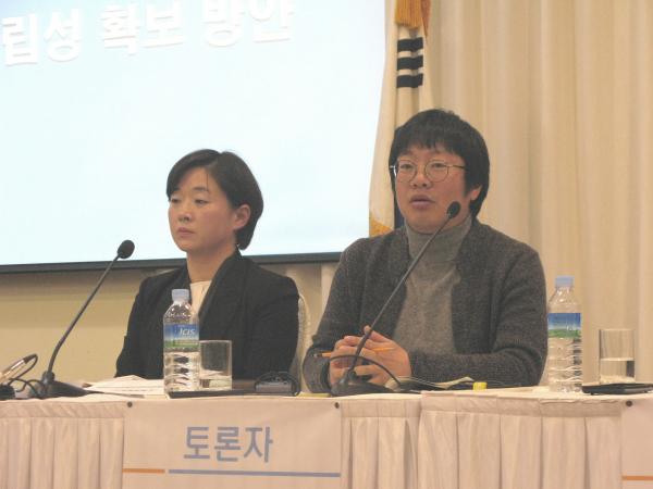 양심적 병역거부 찬성을 주징하는 김수정 변호사(왼쪽)와 이용석 활동가. ⓒ 박용국 기자