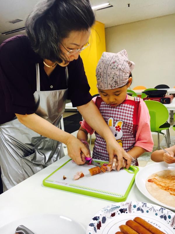 새이레기독학교 송미경 교장 선생님과 함께 아이가 체험학습을 하고 있다.