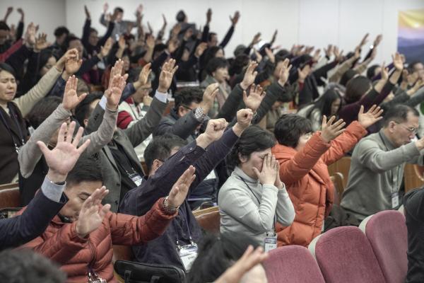 CBMC 새해금식기도회에서 뜨겁게 기도하고 있는 참가자들의 모습.