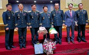 예배를 마치고 순서자들과 함께 한 전 한국군총목사단장 이정우 목사(사진 가운데).