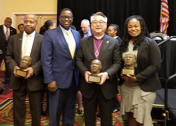 참사랑교회 은희곤 목사(가운데)가 21일 마틴 루터 킹 데이를 맞아 낫소카운티가 제정한 인권상을 수상했다. 이날 함께 인권상을 수상한 3명과 함께 기념촬영을 했다