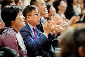 집회에 참석해 뜨겁게 기도하고 있는 성도들의 모습.