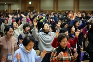 북한구원 금식기도성회 둘째 날, 한 마음으로 기도하고 있는 성도들의 모습.