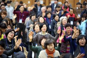 제21차 북한구원 금식성회 셋째날 집회에 모인 성도들이 뜨겁게 기도하고 있다.