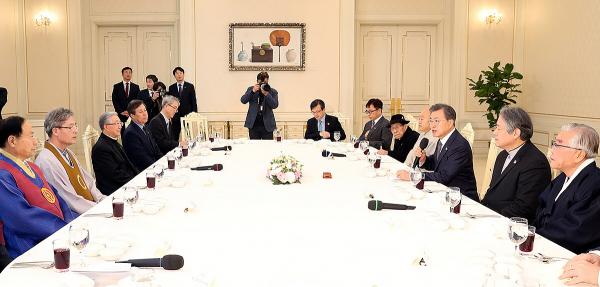 7대 종단 지도자들이 18일 낮 청와대에서 문재인 대통령과 오찬 간담회를 가졌다.