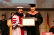 장순흥 총장과 반기문 총장이 명예 교육 공학박사 학위기를 들고 있다