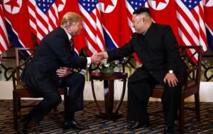 트럼프 대통령과 김정은 위원장이 의장에 앉아 악수하는모습