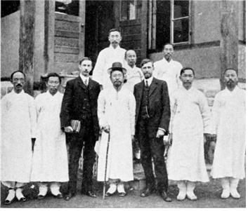 앞 줄 가운데, 길선주 목사. 길선주의 왼쪽, 그레이엄 리 선교사(장대현교회 담임목사). 길선주의 오른쪽, 마펫 선교사(장대현교회 개척자).