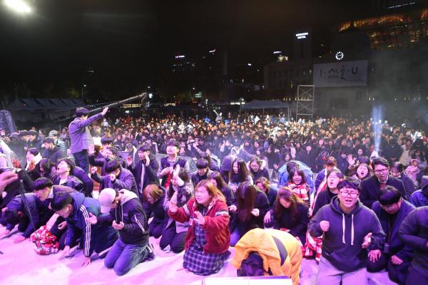 지난해 서울광장에서 열린 홀리위크 행사 때 참석한 학생들이 함께 기도하는 모습.
