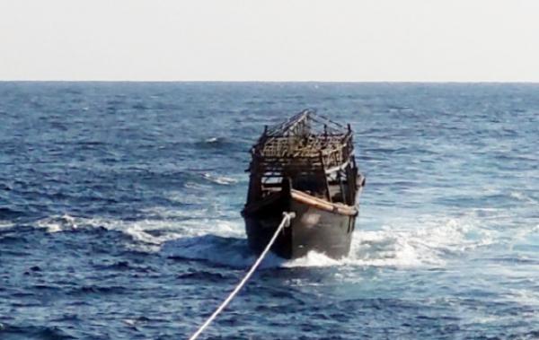 지난 8일 오후 해군이 동해상에서 북한 목선을 북측에 인계하기 위해 예인하고 있는 모습. 이곳에 탔던 탈북 선원 2명은 전날 북한으로 추방됐다.
