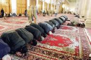 메카를 향해 기도하는 무슬림들