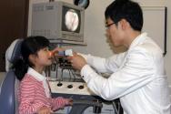 코모코 한의원에서 검진 중인 아이