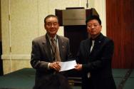 기독실업인회 스와니지회 심우철 지회장(오른쪽)이 김백규 한인회관건립위원장에게 성금을 전달하고 있다.