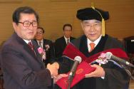 총신대 제5대 총장에 취임한 길자연 목사를 축하하는 김영우 재단이사장