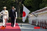 日 왕궁에서 의장대 사열하는 오바마 대통령