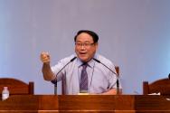 춘천한마음교회 여름수련회에서 말씀을 선포하고 있는 김성로 목사