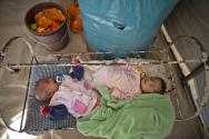 요람 나눠 쓰는 쿠르드 난민 아기