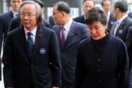 12.23 정부세종청사 완공식. 국무회의 직전 박 대통령과 이주영 장관