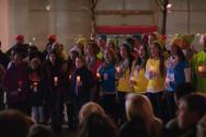 (Photo : MS 유튜브 동영상) 경쟁사인 애플 매장 앞에서 평화 기원 캐롤 부르는 마이크로소프트(MS) 소속 직원들의 모습을 담은 MS의 2015년 크리스마스 광고가 화제다. 하지만 원가사에서 '우리의 아버지 하나님'을 생략해 기독교인들로부터 비판을 받고 있다.
