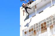 IS가 동성애자를 건물 옥상에서 떨어뜨려 죽이는 모습.