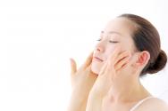 피부관리하는 여성