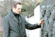 촬영 기간 중 맥아더 장군 동상이 있는 인천 자유공원을 직접 찾아 헌화한 배우 리암 니슨. [CJ E&M 제공]