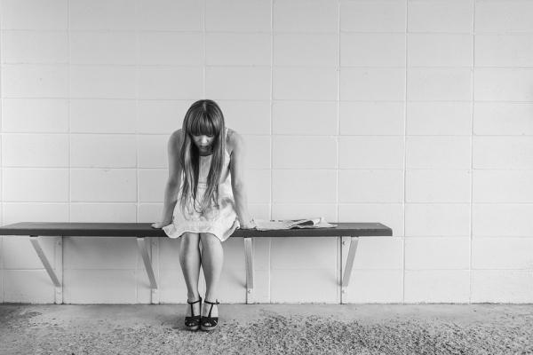 소녀 걱정 근심 괴로움 외로움 소외