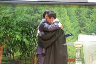 원로목사로 추대된 후 전병금 목사가 신임 강남교회 담임목사 백용석 목사와 포옹하고 있다.