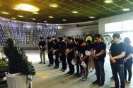 5.18묘역을 방문한 순례자들이 묵상기도를 하고 있다.