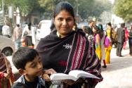 성경을 읽고 있는 인도 여성과 그 아들